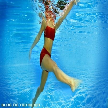 ejercicios en una piscina