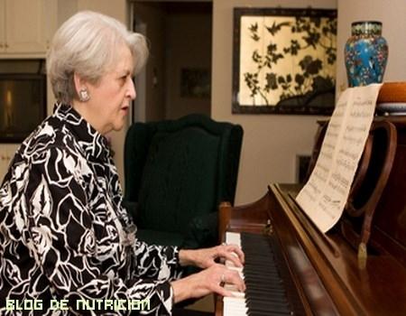 Mayores tocando el piano