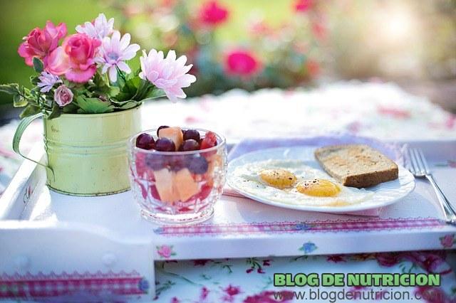 desayuno completo con frutas y huevos