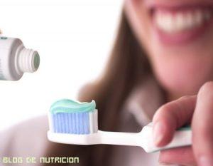La importancia de lavarse los dientes por la noche