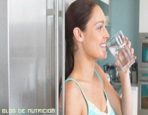 ¿Cuánta agua debo de beber al día?