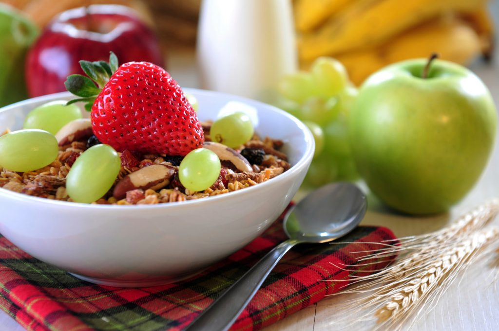 desayuno frutas, leche y cereales